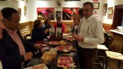 En plena degustación de platos típicos de la Taberna y con música de Sevillanas, ole