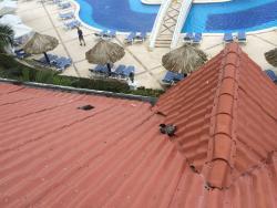 Gamal ruttnande handdukar och badkläder på hotellets tak