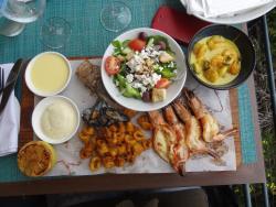 planche de la mer avec accompagnement salade grecque