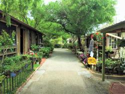 Renninger's Vintage Antique Center & Farmer's Flea Market