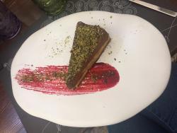 dolce con cioccolato, avocado e arancia candita