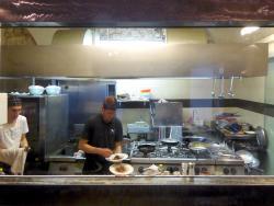 La cucina è visibile da una vetrata
