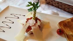 Wunderbares Tartare mit Parmesan zur Vorspeise