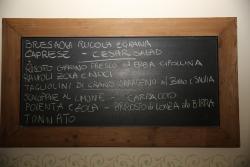 CERNOBBIO. Osteria del Beuc, Ardoise d'affichage des plats du jour.