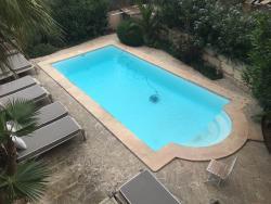 het zwembad gezien vanuit onze kamer