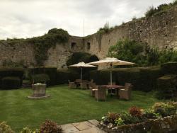 Skøn have omkranset af maleriske ruiner.