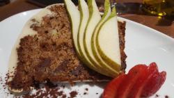 pastel de peras caramelizadas con nueces de macadamia y cobertura de cacao
