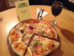 """Pizza """"caprichosa"""" y vino Quierolo"""