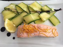 Salmão ao molho cítrico com zucchini marinado