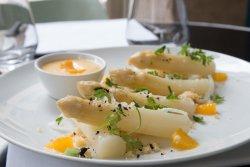 Asperges blanches, sauce maltaise, sablage de parmesan