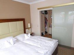 Der Schlafbereich der Suite mit dem begehbaren Kleiderschrankbereich