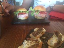 Crostini con burrata e acciughe e mini burger di tonno con pomodorini e senape! Pazzeschi!