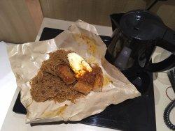 朝食の麺。フライドエッグと揚げ物1つをトッピングして、2.6ドル。麺は4種類から選べます。