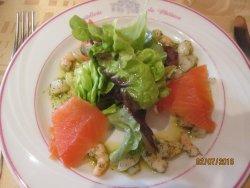 entrée du menu, saumon, Saint Jacques et crevettes sauce aneth