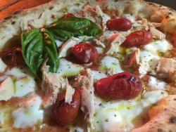 Pizza con fiordilatte di Agerola caseificio Antonio Mandara, pomodori di Corbara, filetti di ton