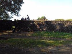 situs benteng yang dijadikan tempat pacaran sekumpulan pemuda kampung