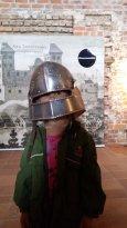 Hämeen Linnassa sai kokeilla ylleen haarniskaa (liittyi mahdollisesti Heavy Metal näyttelyyn)