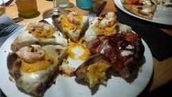 pizza gourmet con crema di zucca, gamberoni, fiordilatte, pinoli tostati e pepe rosa
