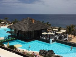Superbe Hotel, personnel très accueillant... Seul bémol, la plage. Pas de sable et pratiquement