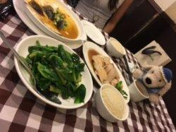 左上 スチームエッグ、左下 ベイビーカイランの炒め物、中央がチキン、右手前がチキンライスのライス。