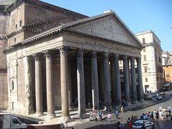 Al lado del Panteón de Agripa
