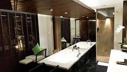 I really love this luxury bathroom