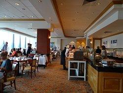 Salle du petit déjeuner avec grand buffet.