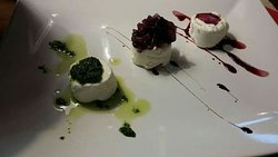 Tris di Tomini (salsa verde, vini cotto, cipolle caramellate) - filetto  di maiale su riduzione