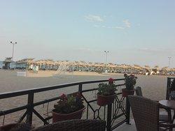 plaża ogólnodostępna (leżaki i parasol płatne około 8 leva za szt)