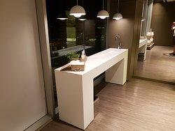 Handwaschtisch vor den WCs in der Suite Bar