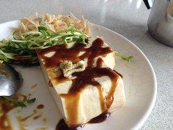 素食菜餚1-山葵豆腐,醬油也有一點點山葵的味道,所以小孩不敢吃,但是我覺得還蠻好吃的