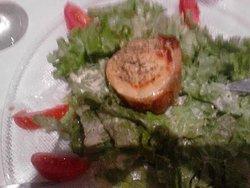 salade de chèvre chaud quand elle est enfin arrivée sur la table(un peu flou certe)