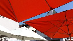 Table sous le parasol.