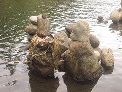 les tikis en pierre sont les gardiens du site