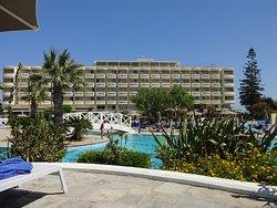 L'hôtel vu depuis la piscine