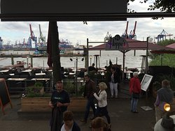 Blick auf das Restaurant mit der Elbe im Hintergrund