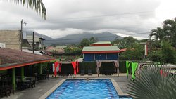 La piscina con vistas al Volcán Arenal