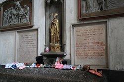 Tombeau de Saint Erkembode, prié pour guérir des problémes de pieds et de marche