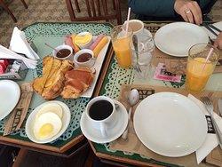 Café da manhã para duas pessoas.