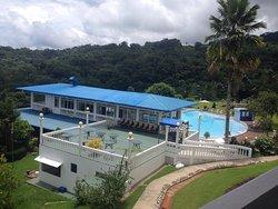 """""""Avistamiento de Ballenas"""". El hotel esta ubicado en la montaña, frente a la playa, rodeado de exuberante vegetación,"""