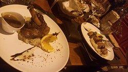 2 pratos fantásticos - Magret de Pato ao longe e o prato de borrego mais perto!