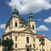 Kostel Sv. Jana Krtitele Se Sochou Sv. Jana Nepomuckeho