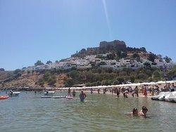 Vue de la plage et au loin le village de lindos