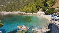 Schöne Bucht mit glasklarem Wasser