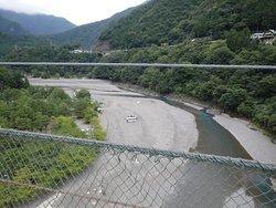 下を流れる十津川(熊野川)