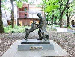 ハチ公と上野英三郎博士像