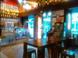 Interior y aperitivo con unos riberas a 2'50€ cada uno.
