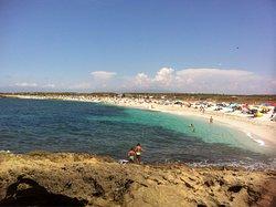Bella spiaggia in una zona un po' desolata