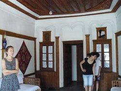 A sinistra lo stanzino da cui la futura sposa osservava il marito a cui era promessa