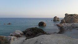 Aphrodite's Rock piekne miejsce warte uwagi, lecz plaża i wejście do morza wymaga odpowiednich b
